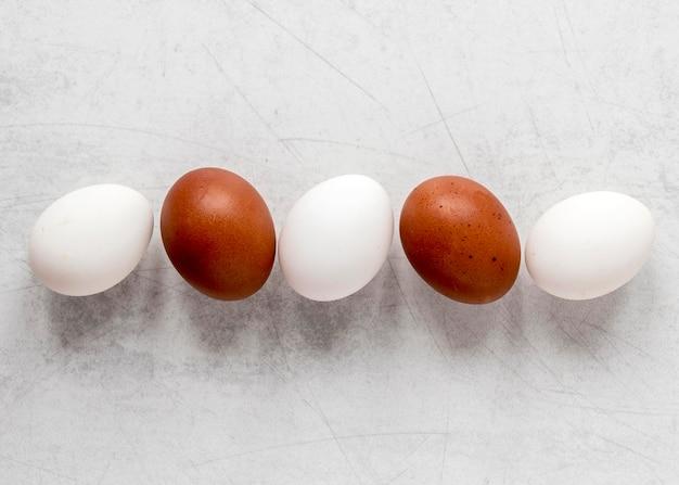 Розовые и коричневые пасхальные яйца