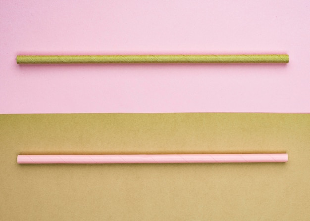 Вид сверху розовые и коричневые соломинки