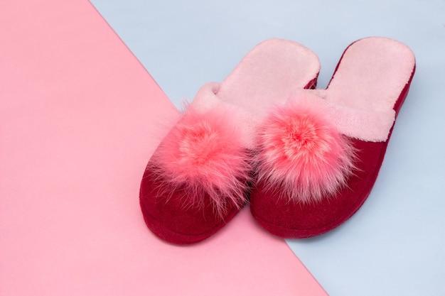 따뜻한 분홍색과 파란색 배경에 기억할만한 핑크색과 부르고뉴 여성 가정 부드러운 슬리퍼
