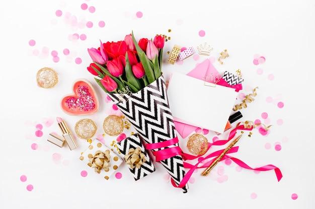 꽃무늬 핑크 튤립 화장품과 여성용 액세서리가 있는 핑크와 골드 스타일의 책상