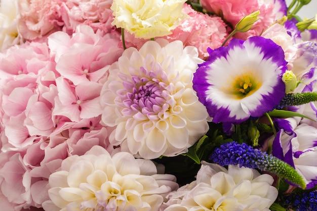 分離されたピンクのボックスに花のピンクと紫の花束