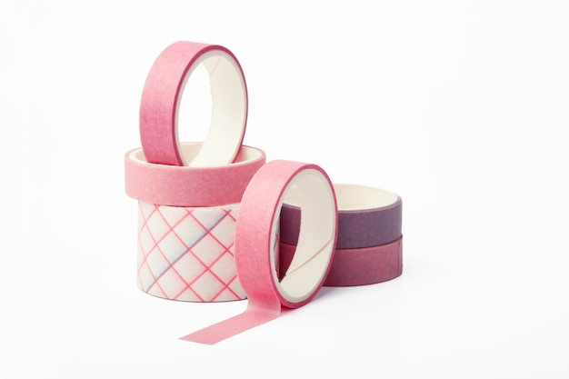 Розовые и фиолетовые рулоны ленты васи