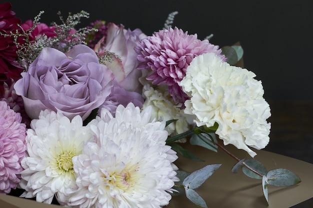 분홍색과 보라색 톤 꽃다발