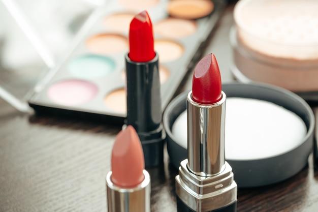 허영 테이블에 분홍색과 빨간색 립스틱
