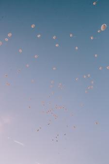 Розовые и белые шары для веселых событий и торжеств Premium Фотографии