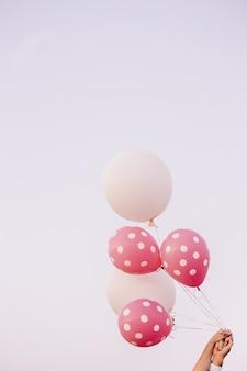 Розовые и белые шары для веселых событий и торжеств