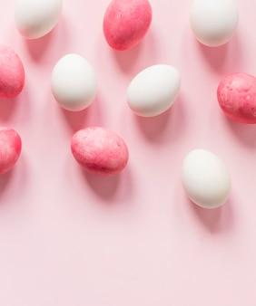Розовые и белые пасхальные яйца