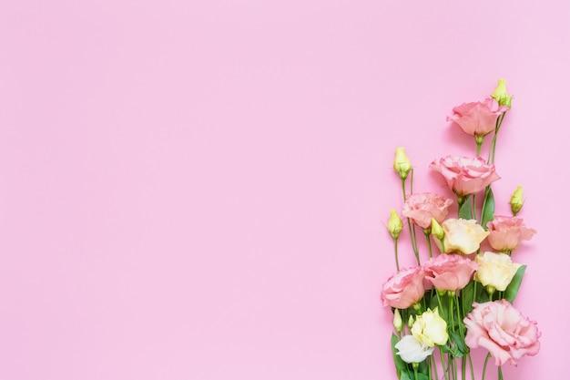 분홍색 배경에 분홍색과 흰색 eustoma 꽃 꽃다발. 공간, 평면도를 복사합니다. 국제 여성의 날, 생일, 어머니의 날 개념의 평면 배치.
