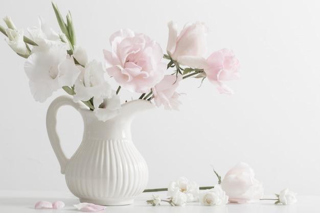 白いテーブルの上に花瓶のピンクと白の花