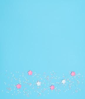青に星型の紙吹雪が付いたフォミランで作られたピンクと白の花。