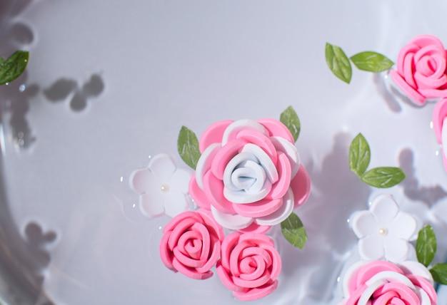 Розовые и белые цветы на чистой воде, свежесть красоты, концепция весенней или летней поздравительной открытки