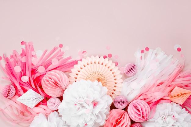 赤ちゃんのパーティーのためのピンクと白の紙の装飾。フラットレイ、上面図