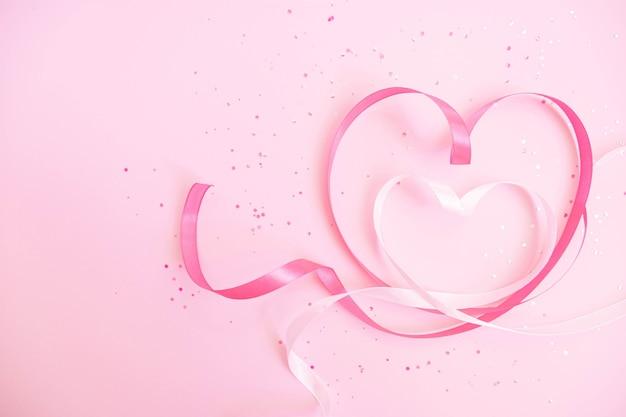 분홍색과 흰색 리본 하트 모양