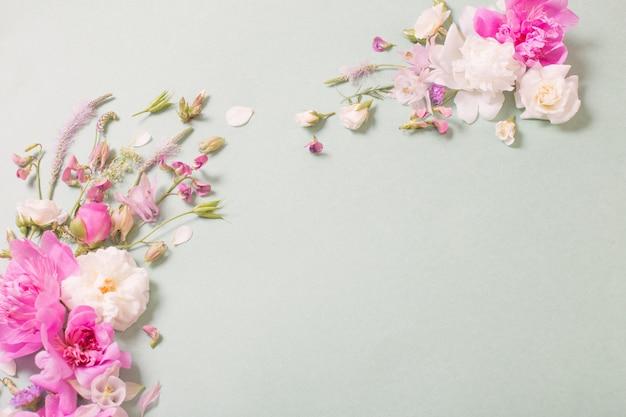 종이 바탕에 분홍색과 흰색 장미