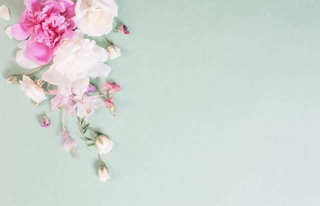 紙の背景にピンクと白のバラ