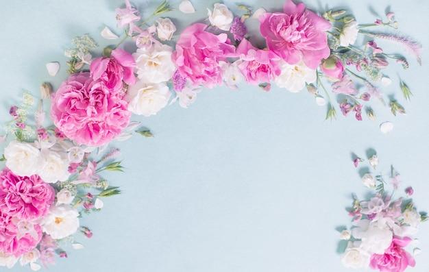 Розовые и белые розы на бумажном фоне