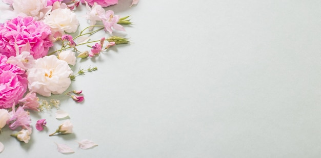 紙の表面にピンクと白のバラ