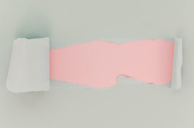 ピンクと白の破れた紙の表面