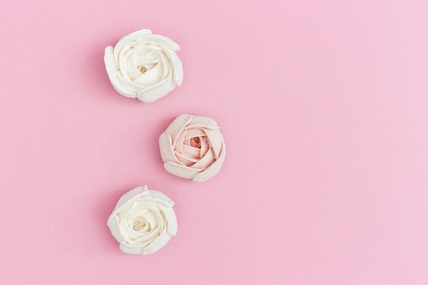 Розовый и белый зефир крупным планом.