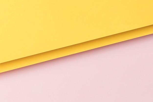 ピンクと黄色の食器棚