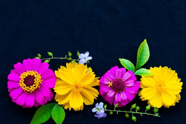 Розовые и желтые цветы на черном фоне