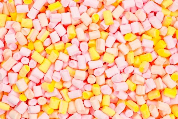 분홍색과 노란색 미니 마시멜로