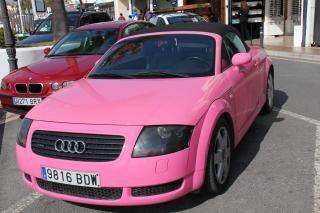 ピンクのアウディ