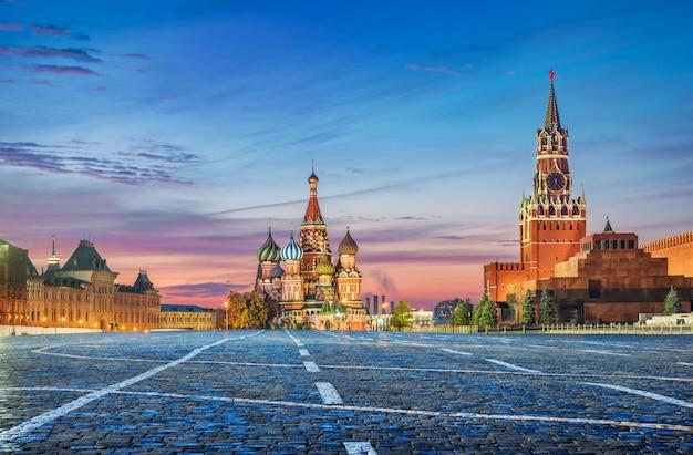 Розовое осеннее утро на красной площади и соборе василия блаженного