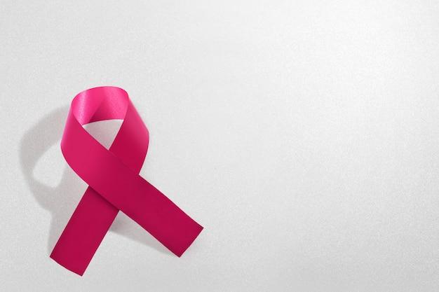 白地にピンクのアウェアネスリボン。乳がんの意識