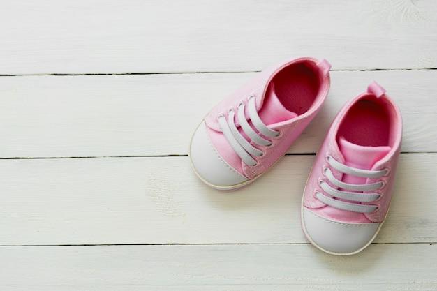 ピンクの赤ちゃんの女の子の靴、新生児、母性、コピースペースを持つ妊娠の概念。