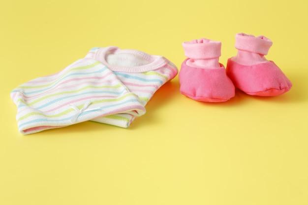 ピンクのベビーシューズと服