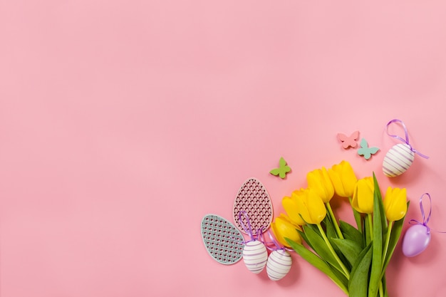 꽃과 부활절 달걀으로 분홍색 배경