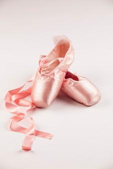 흰색 바닥에 핑크 발레 슈즈.