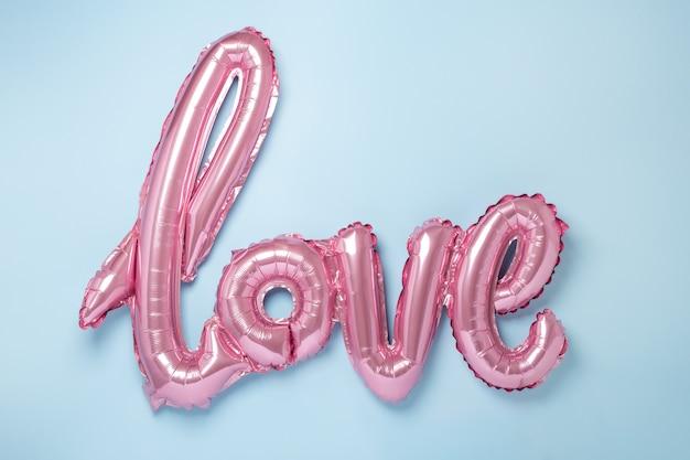 Розовые воздушные шарики в виде слова любовь