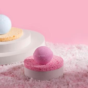 소금에 핑크 목욕 폭탄입니다. 복사 공간