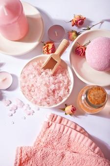 ピンクのバラが入ったピンクのバスソルトとボディケア製品