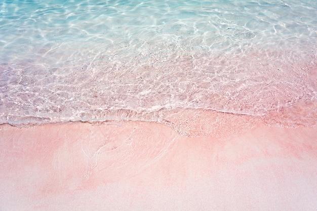 Розовый пляж и всплеск волн в национальном парке комодо