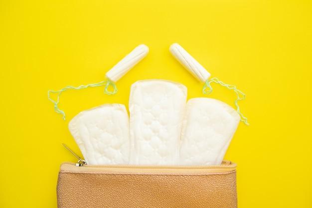 위생 보호를 위해 매일면 생리대와 탐폰을 사용하는 핑크 미용사.