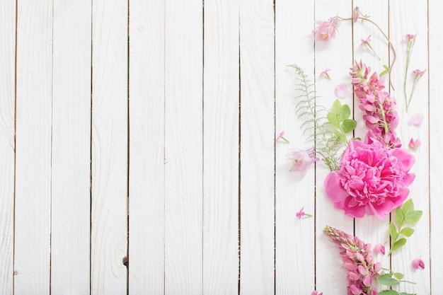 白い木にピンクの美しい花