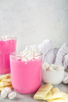 핑크 비트 뿌리 라떼, 마시멜로를 곁들인 비트 핫 초콜릿, 현대적인 달콤한 유기농 비건 음료