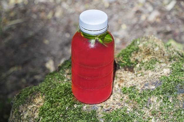 ピンクのベリーやフルーツはコケが付いている木のびんoutdorsで飲みます。
