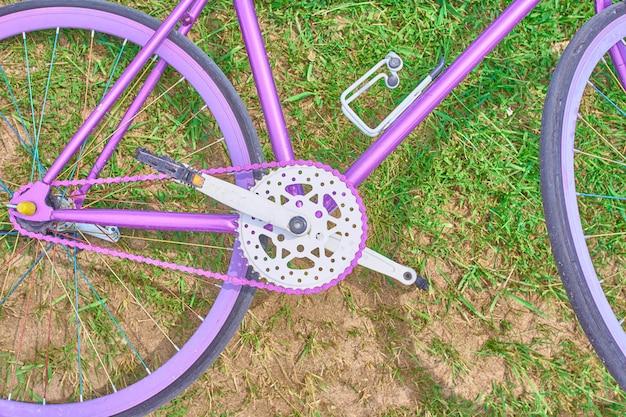 草の上のピンクの自転車