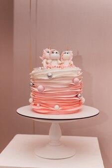 ユニコーンとピンクのバースデーケーキ