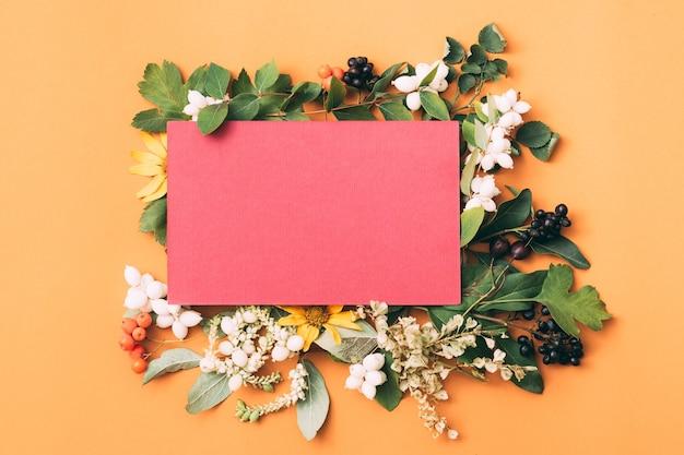 Розовый чистый лист бумаги. праздничное приветствие. цветочный декор.