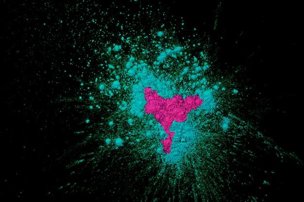 Colore holi rosa e blu sparsi sulla superficie nera