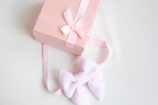 ピンクの弓とギフトボックス
