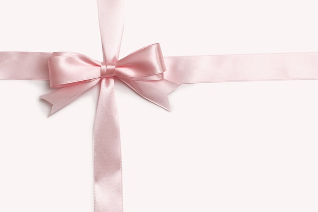 흰색 바탕에 분홍색 활과 리본