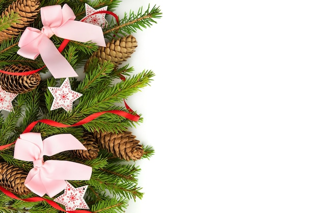 Розовые бантики на ветвях елки.
