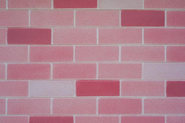 背景のピンクのレンガの壁