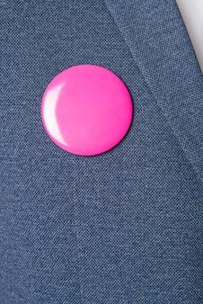 ブルーのブレザーにピンクのブローチ